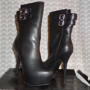 Edgy faux-leather boot Tezra